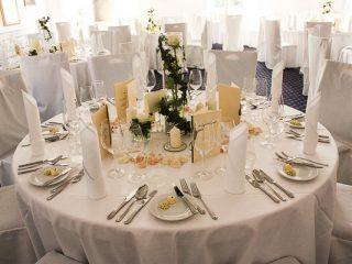 Weißer Hochzeitstisch eingedeckt von der PartyCompany