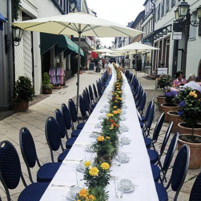 Langer Tisch in der Fußgängerzone Königstein im Taunus