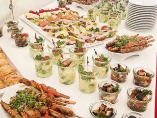 Reichhaltiges Fingerfood auf Buffettisch von der PartyCompay
